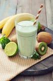 Banane Smoothie mit Kiwi Lizenzfreie Stockfotografie