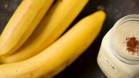 Banane Smoothie mit Zimt stock video