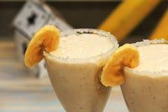 Banane Smoothies auf h?lzerner Tabelle stockbild