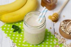 Banane Smoothies in einem Glasgefäß auf einem weißen Hintergrund Stockfotos