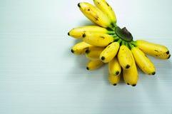 Banane su un bianco della tavola Fotografia Stock