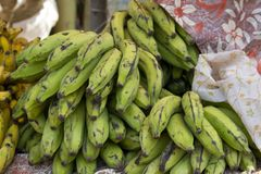 Banane succose fresche su un contatore nel mercato dell'India di Goa Fotografia Stock
