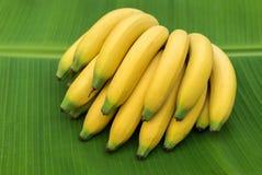 Banane sur la feuille photos stock