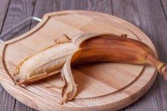 Banane trop mûre sur un conseil en bois Image libre de droits