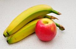 Banane und Apfel. Lizenzfreies Stockbild