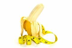 Banane und gelber Maßband für das Symbol der Penisgröße Lizenzfreies Stockfoto