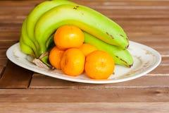 Banane und Orange auf Latte lizenzfreie stockfotografie