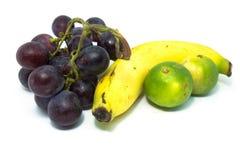 Banane, Zitrone und rote Trauben Stockfotografie