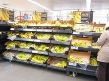 Bananen auf Bildschirmanzeige für Verkauf. Stockfoto