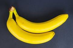 Bananen auf einem schwarzen Hintergrund Lizenzfreies Stockfoto
