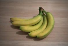 Bananen auf Holztisch lizenzfreie stockfotos