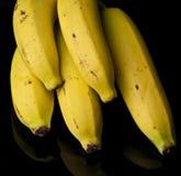 Bananen-Bündel auf schwarzem Hintergrund Stockfotos