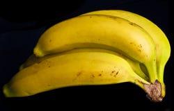 Bananen-Bündel-Schwarz-Hintergrund Lizenzfreie Stockbilder