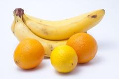 Bananen eine Zitrone und zwei Orangen Lizenzfreies Stockfoto