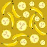 Bananen en banaanstukken op een gele achtergrond Royalty-vrije Stock Foto