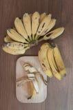 Bananen en een gesneden banaan Stock Afbeeldingen
