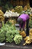 Bananen en kokosnoten op een marktkraam Stock Foto