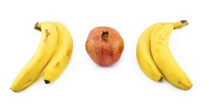 Bananen en pomergranate geïsoleerd op wit royalty-vrije stock foto's