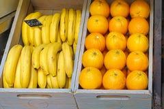 Bananen en sinaasappelen Stock Afbeeldingen