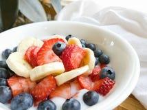 Bananen-Erdbeerheidelbeerjogjurt in der weißen Schüssel Lizenzfreie Stockfotos