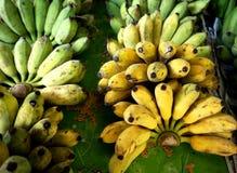 Bananen für Verkauf am Markt stockfotos