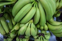 Bananen im Supermarkt lizenzfreie stockfotos