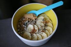 Bananen, jordnötsmör och chiafrukosten bowlar Arkivbilder