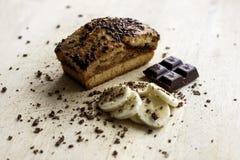 Bananen-Kuchen mit Schokolade lizenzfreie stockfotos