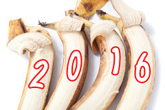 Bananen mit gemalten Zahlen des Jahres auf weißem Hintergrund Lizenzfreie Stockbilder