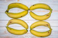 Bananen op de lijst in wanorde royalty-vrije stock afbeeldingen