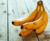 Bananen op woodent lijst Stock Afbeelding