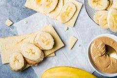 Bananen-Scheiben, Acajoubaum-Butter und Gluten geben knusprige Brote frei Lizenzfreies Stockfoto