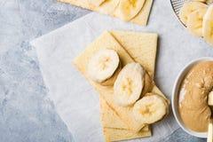 Bananen-Scheiben, Acajoubaum-Butter und Gluten geben knusprige Brote frei Lizenzfreie Stockfotos