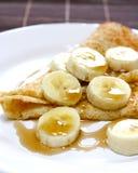 Bananen- und Ahornholzsiruppfannkuchen Stockfotos