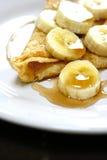 Bananen- und Ahornholzsiruppfannkuchen stockfoto