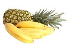 Bananen und Ananas getrennt auf einem Weiß Lizenzfreie Stockfotos