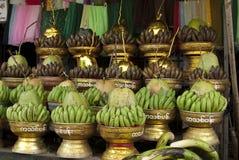 Bananen und Kokosnuss-Angebot Stockbild