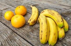 Bananen und Orangen Stockfotos