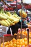Bananen und Orangen für Verkauf Lizenzfreie Stockfotografie