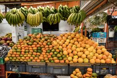 Bananen und Orangen und Mandrines, Paloquemao, Bogota Kolumbien stockfoto
