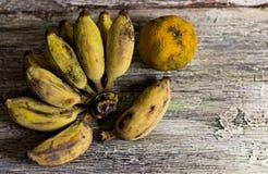 Bananen und Orangen, zum auf hölzerner Tabelle zu verwelken Stockfoto