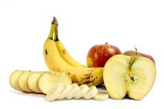 Bananen und reife Äpfel ganz und geschnitten lizenzfreie stockfotografie