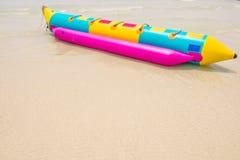 Bananenboot auf Strand Stockfotografie