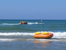 Bananenboot und Jet-Boot auf dem Ufer von Ozean stockfotos
