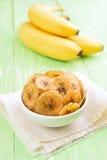 Bananenchips in der Schüssel und in den frischen Bananen Lizenzfreie Stockbilder