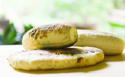 Bananengrill auf der hölzernen Platte Lizenzfreies Stockbild