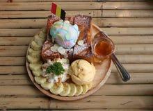 Bananenhonigtoast mit Eiscreme in der hölzernen Platte auf der Bam stockfoto