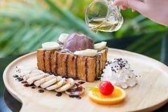 Bananenhonigtoast mit Schlagsahne, SchokoladenEiscreme Stockbilder