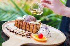 Bananenhonigtoast mit Schlagsahne, SchokoladenEiscreme und p Lizenzfreie Stockfotografie