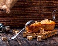 Bananenkleiner kuchen mit einem Löffel, Stücke Zucker nahe Hölzernes backgr Stockbild